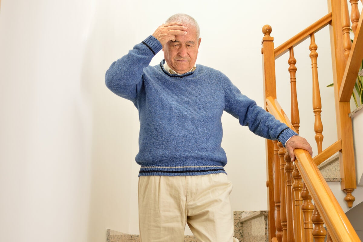 Persona mayor con deterioro cognitivo baja escaleras.