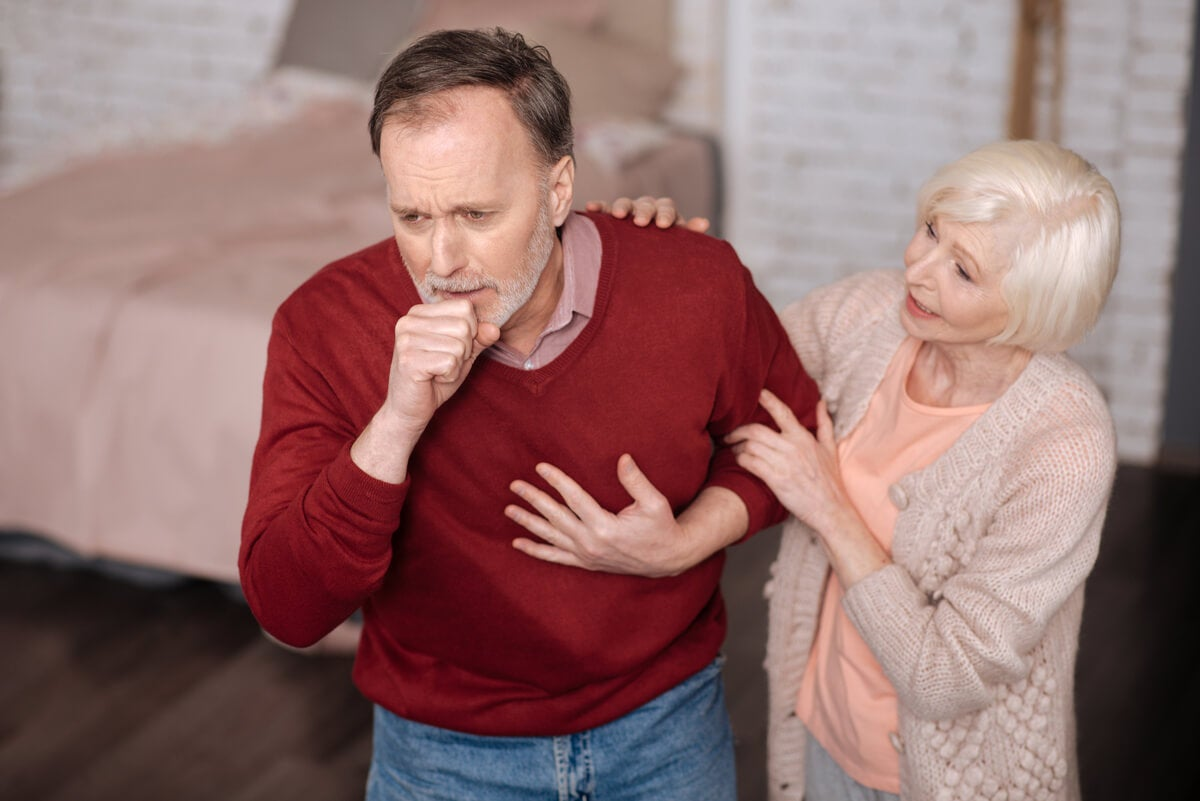 Adulto anciano con tos.