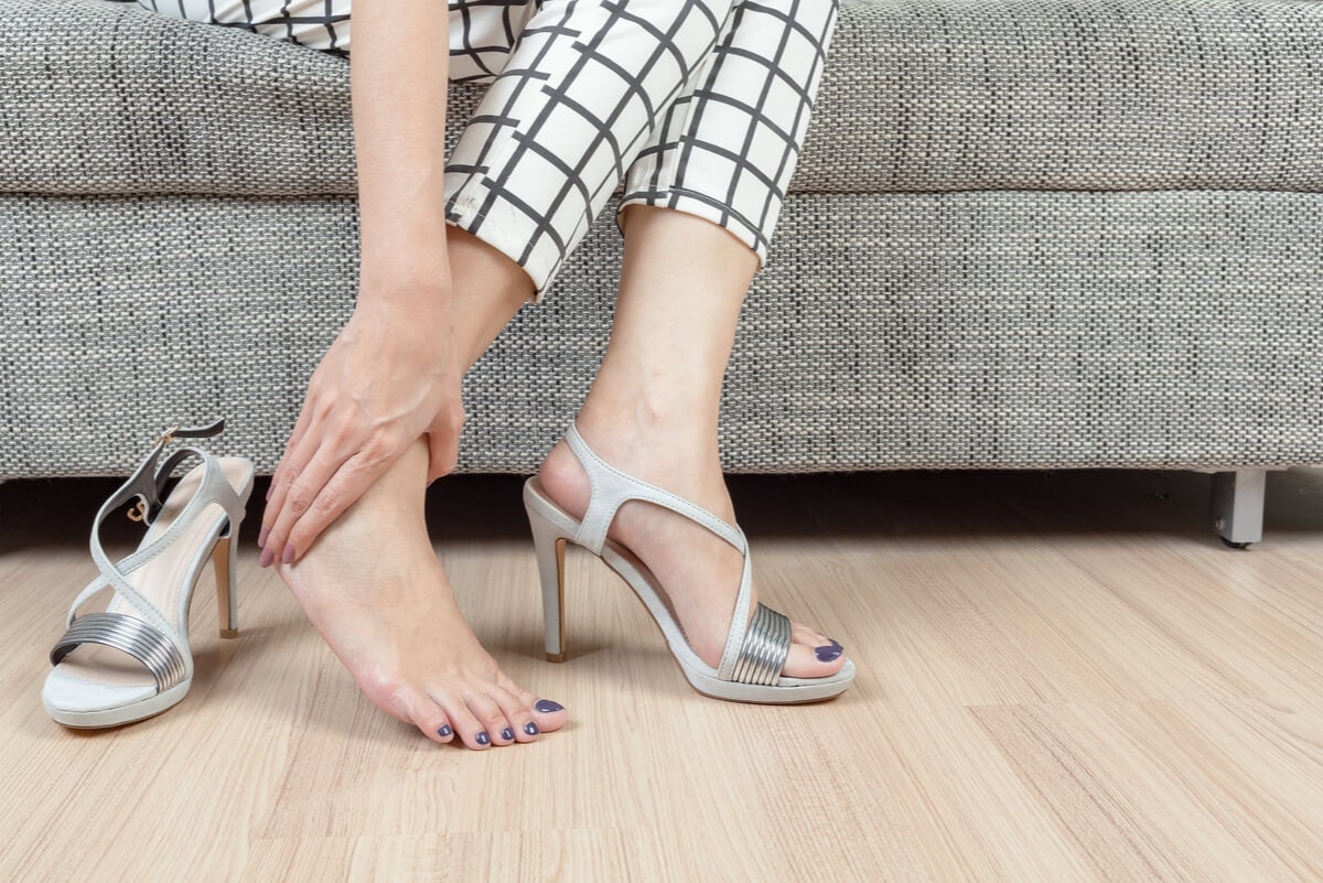 Mujer con calzado inadecuado y dolor de pies.