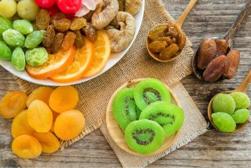 Diferencias entre comer fruta deshidratada y fruta fresca