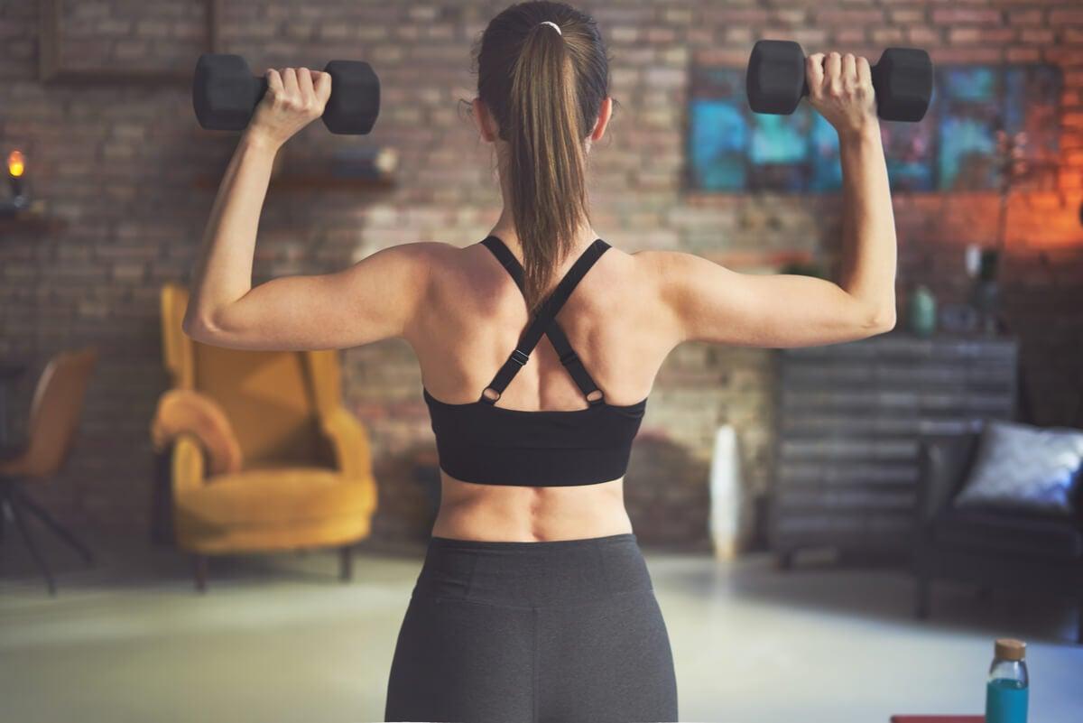 Ejercicios con mancuernas o pesas para trabajar la espalda