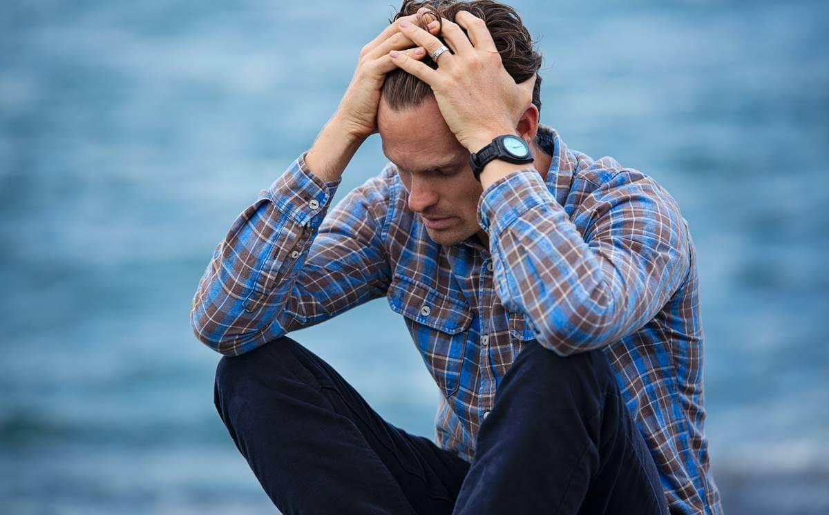 Hombre preocupado que sufre depresión existencial.