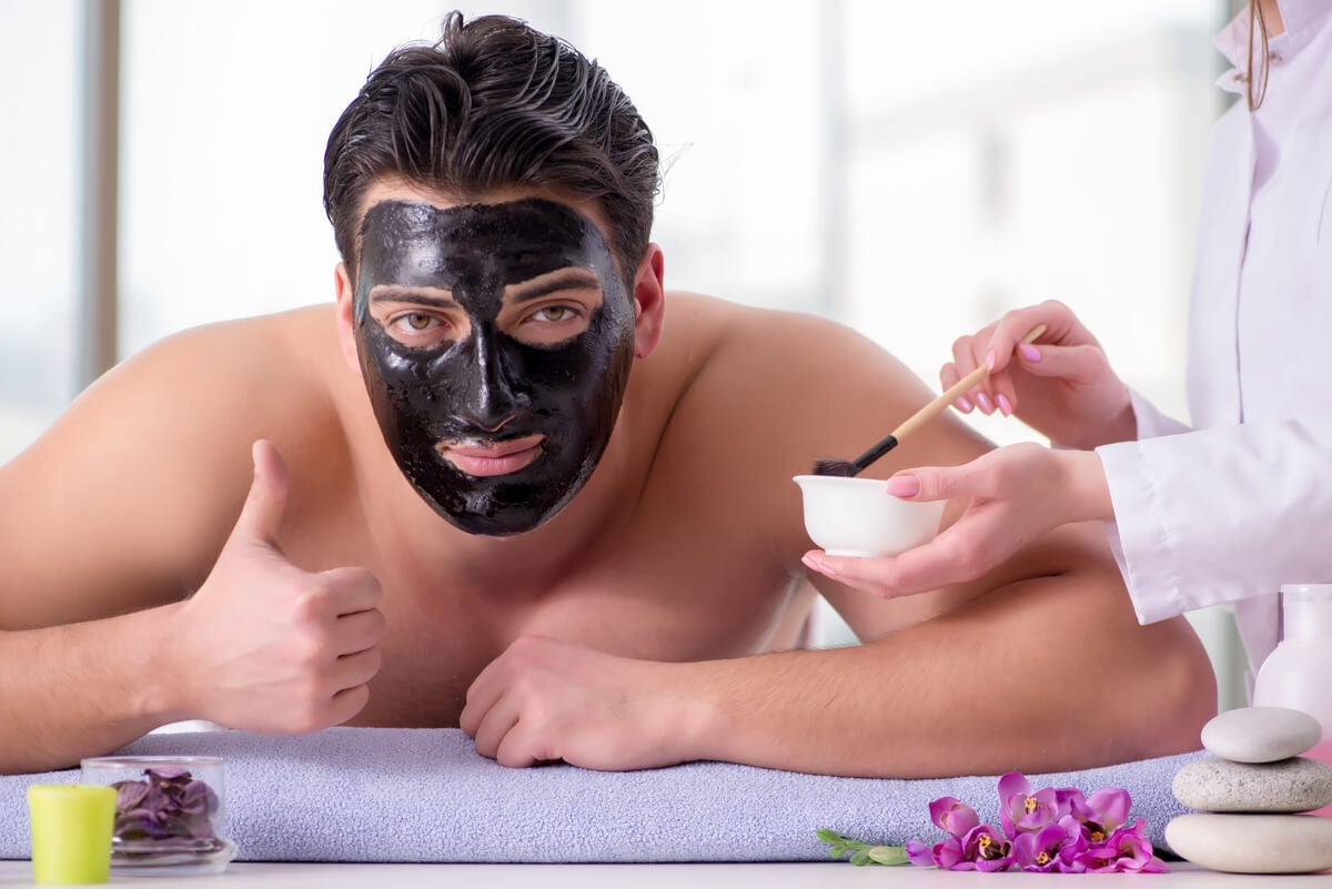 Máscara facial de cuidado en hombre.