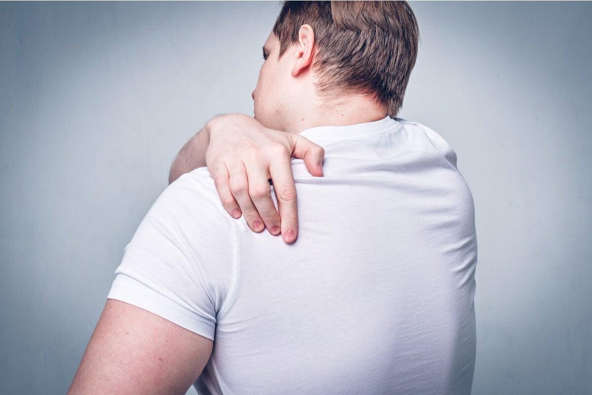 Hombre rasca su espalda por enfermedad de Morgellons.