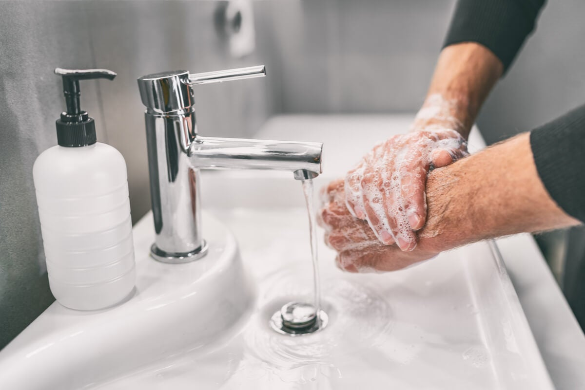 Lavado de manos con jabón.