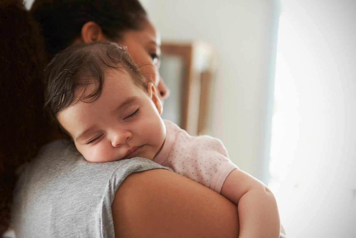 Madre pasea a un bebé para que duerma.