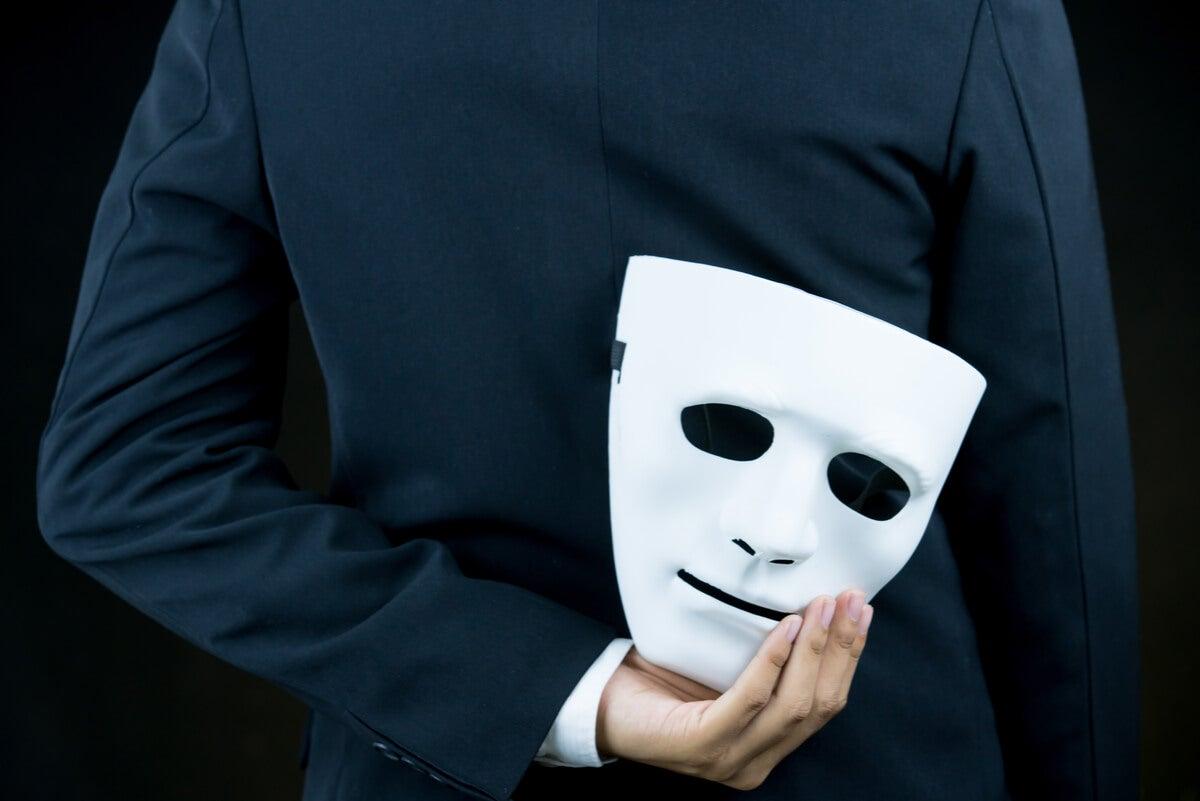 Máscara que conceptualiza el complejo de superioridad.