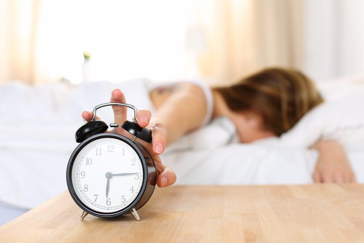Mujer apaga el despertador.