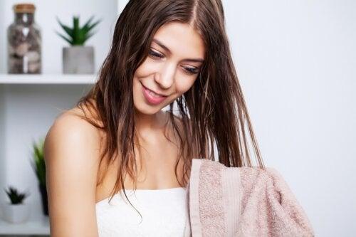 ¿Cómo lavar el cabello graso? ¿Qué hacer para reducir la oleosidad?