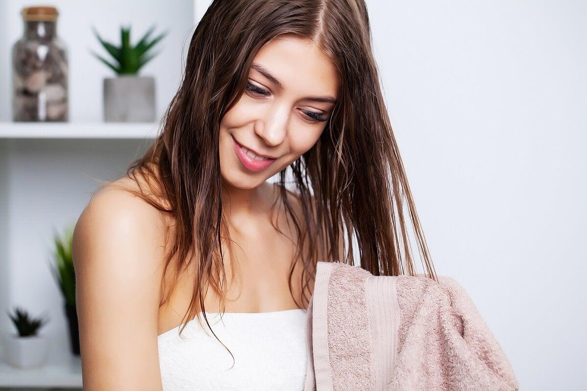 Mujer lava su cabello para no tenerlo grueso y áspero.