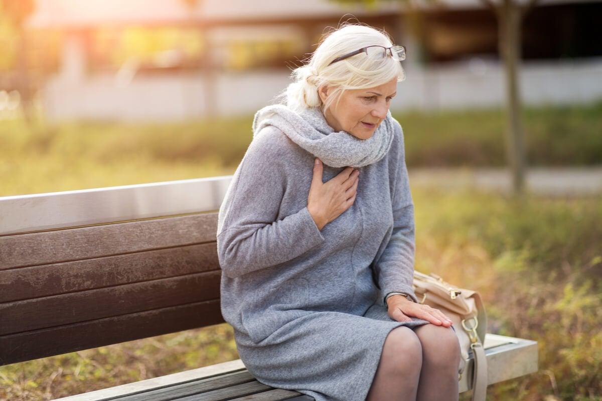 Mujer en una plaza con dolor torácico.