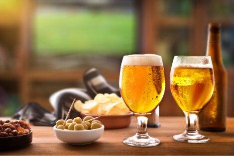 Aceitunas acompañan cerveza y picada.