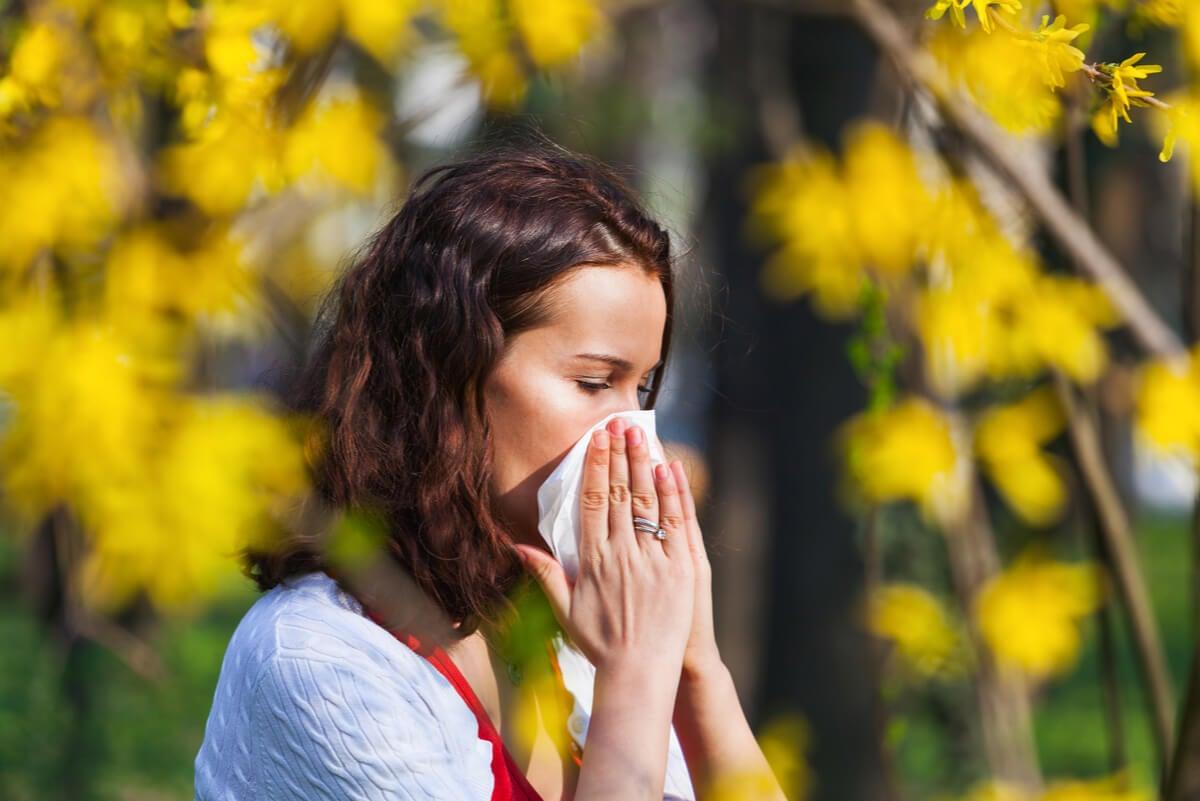 Mujer con estornudos por alergia.