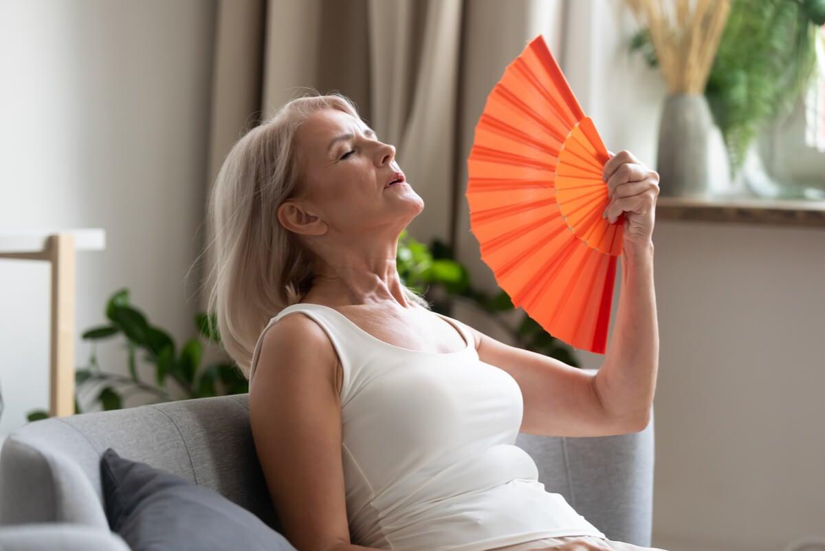 Mujer con sofocos de la menopausia.