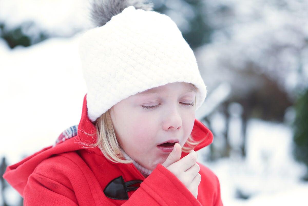 Niño con tos por bronquitis.
