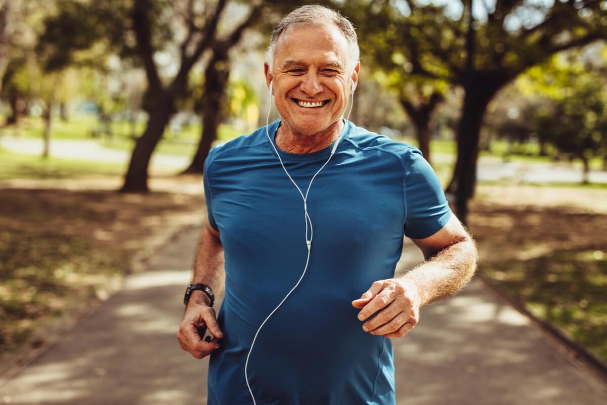 Un homme âgé fait du jogging à l'extérieur.