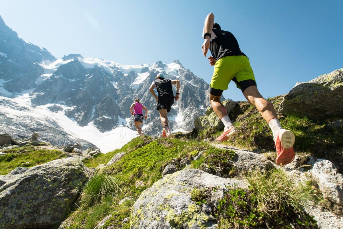 Atletas de trail run en la montaña.