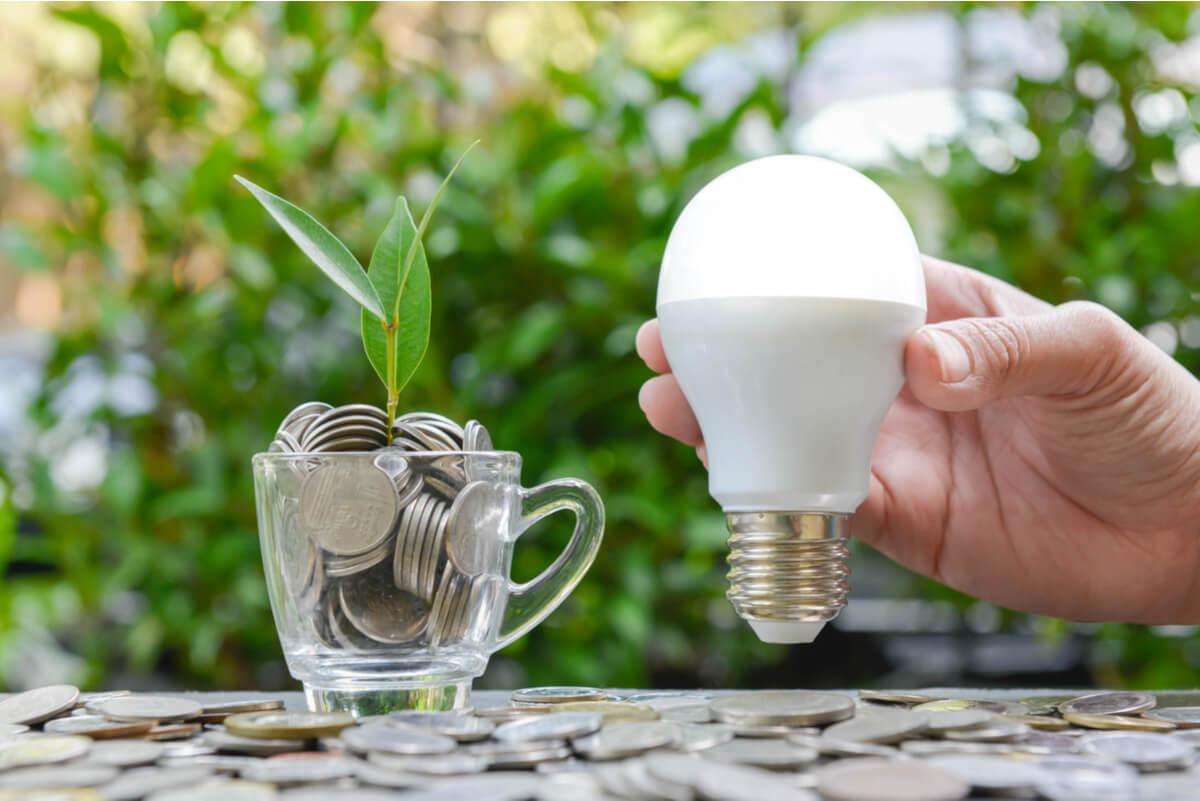 Iluminación LED y concepto de ahorro.
