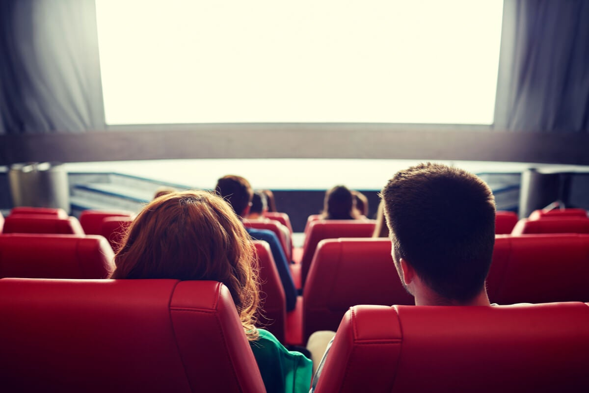 Pareja en el cine como salida regalada.