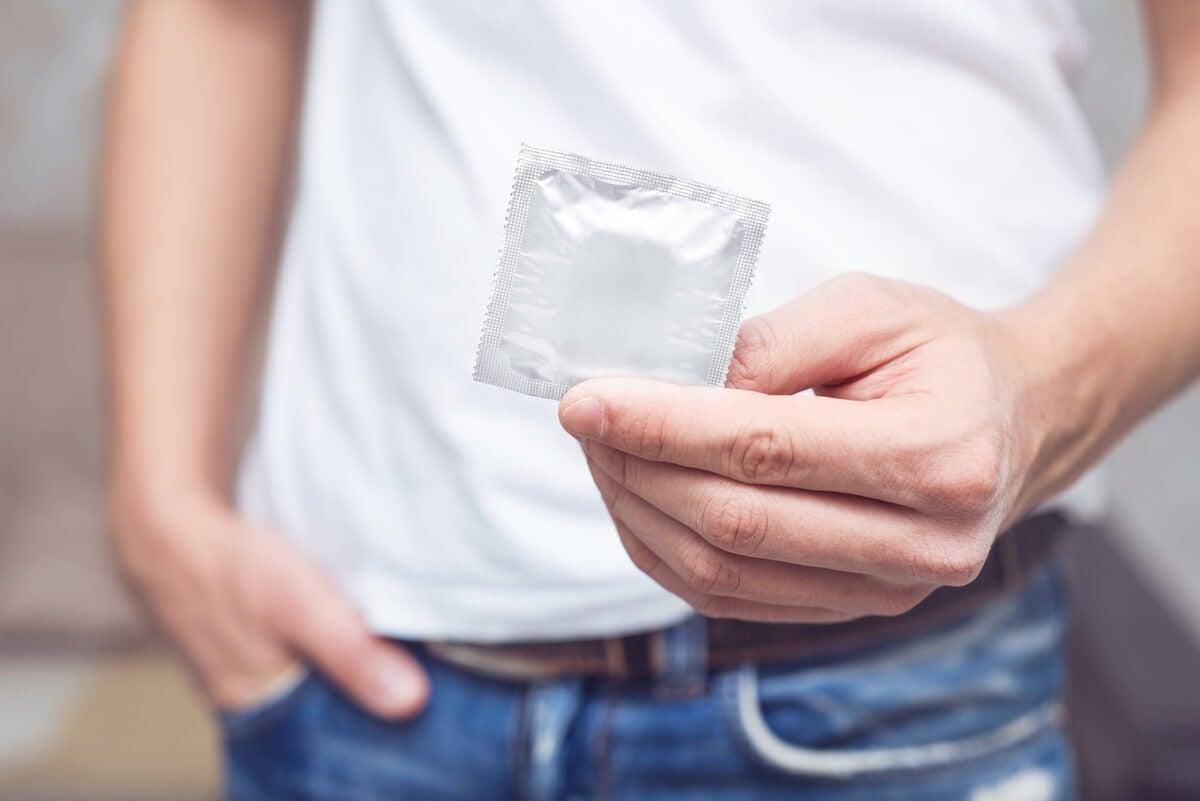 Uso del condón para evitar infecciones por gonococo.