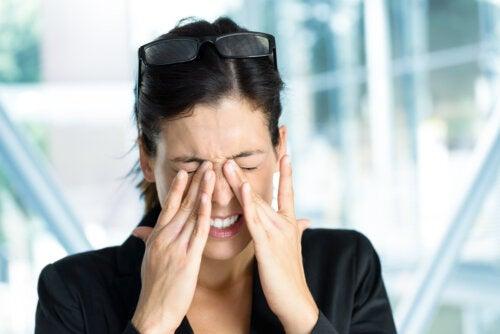 ¿Hay una relación entre el dolor de cabeza y el de ojos?