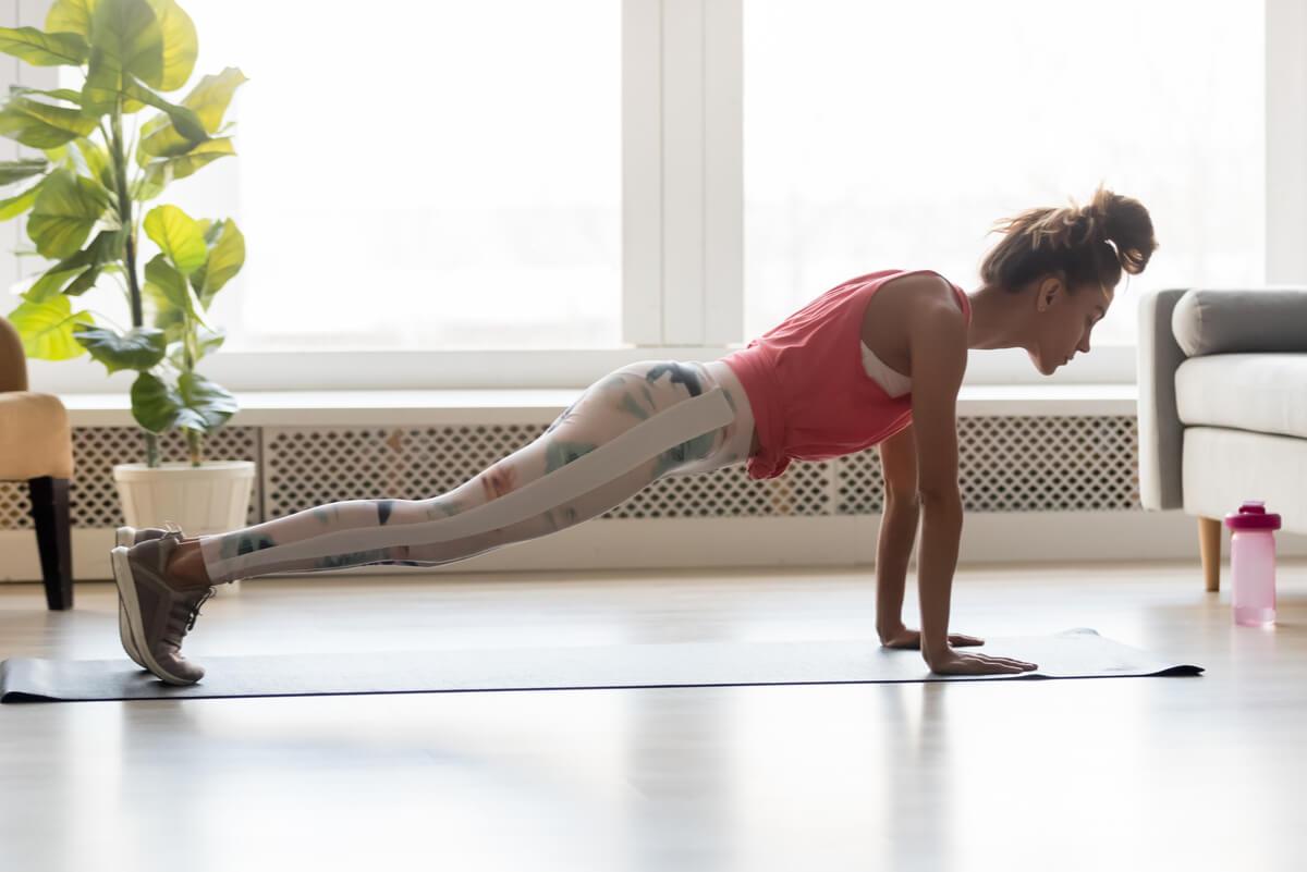 Flexiones de brazo para entrenar los bíceps en el hogar.