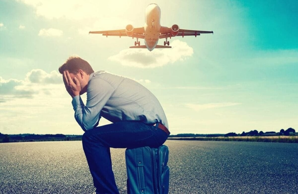 Hombre pierde avión por tener una maleta grande.
