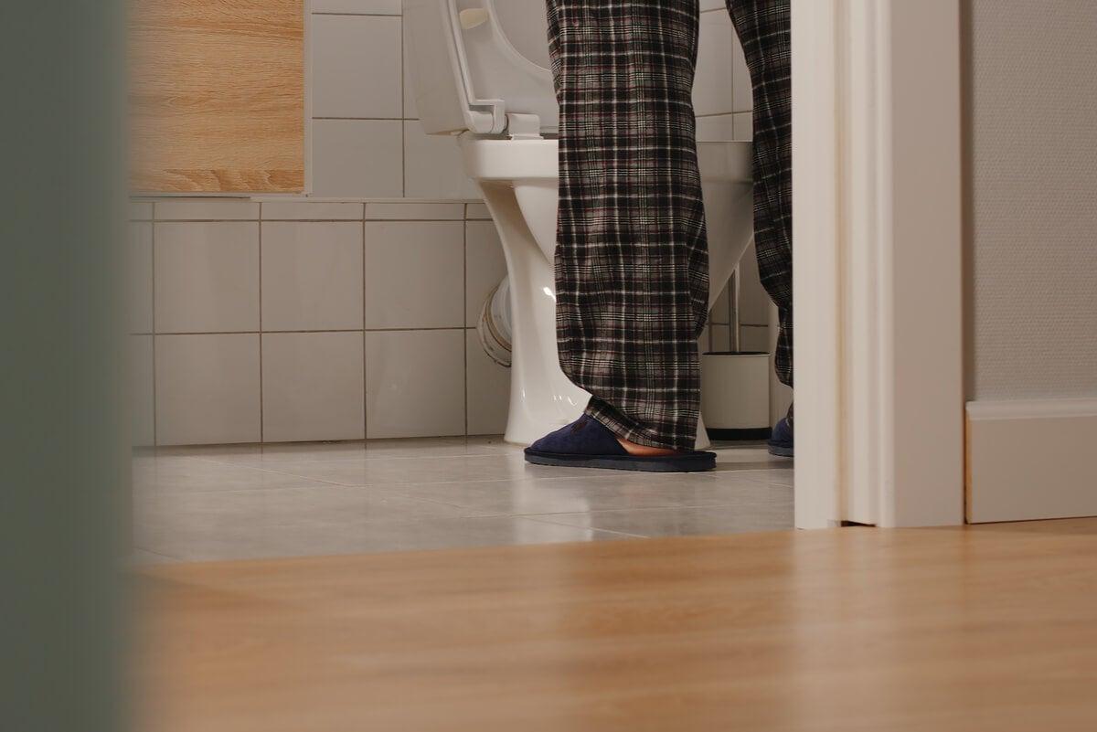 Hombre con incontinencia urinaria.