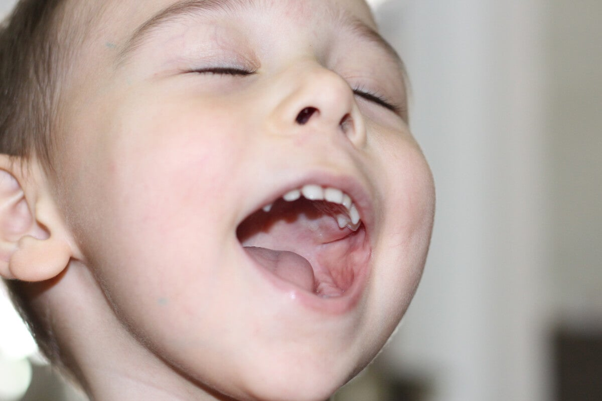 Niño con la boca abierta.