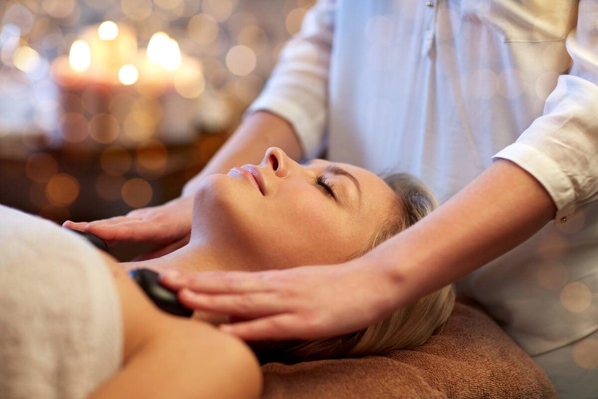 5 beneficios de los masajes con piedras calientes