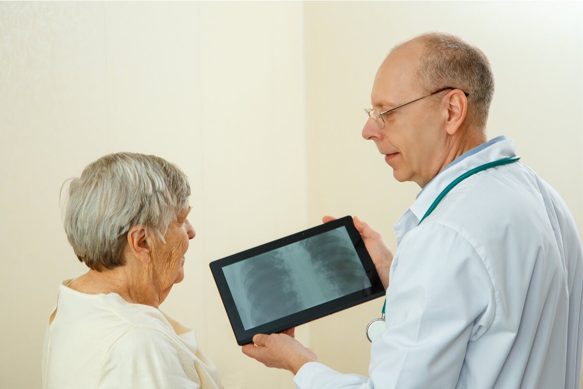Mujer en consulta médica.