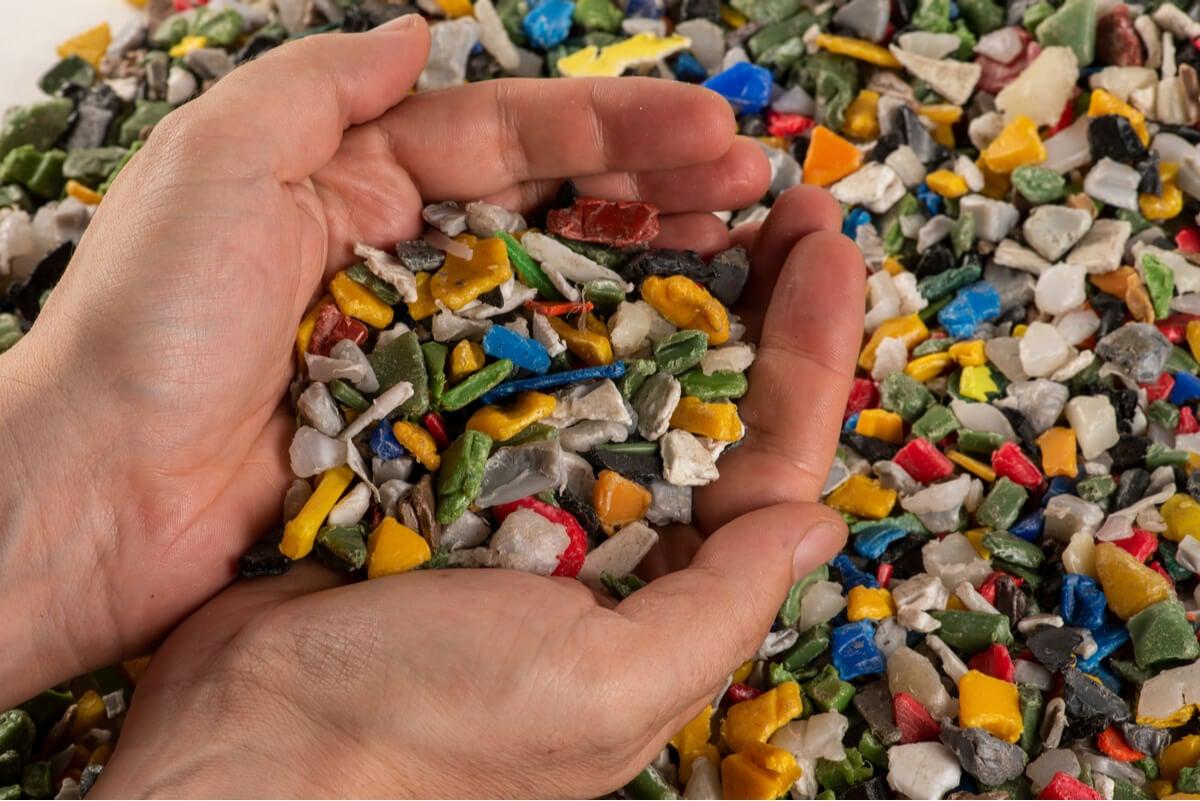 Microplásticos en unas manos.