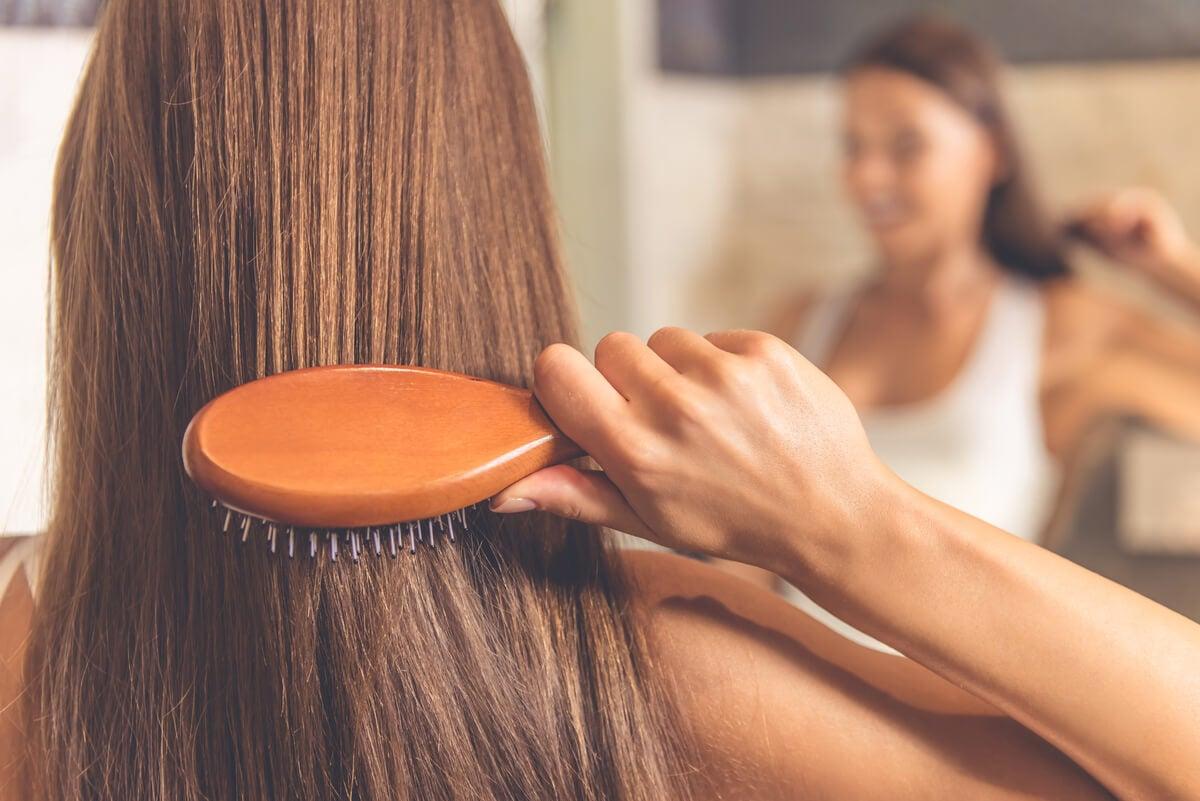 Mujer cepilla su cabello.