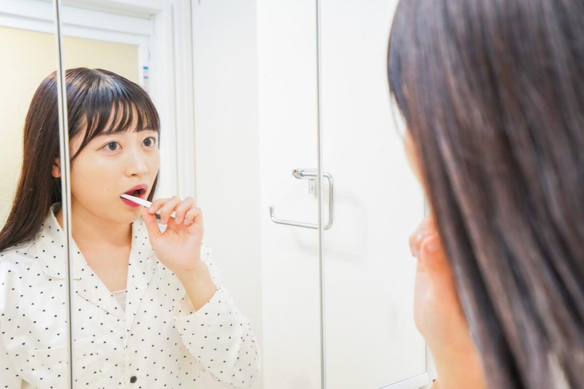 Mujer cepilla sus dientes.