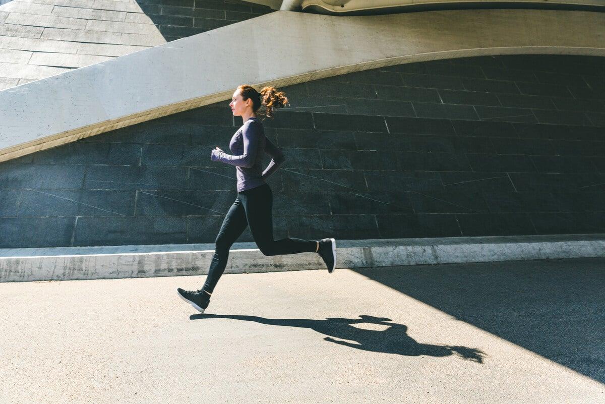 Mujer hace jogging en la ciudad.