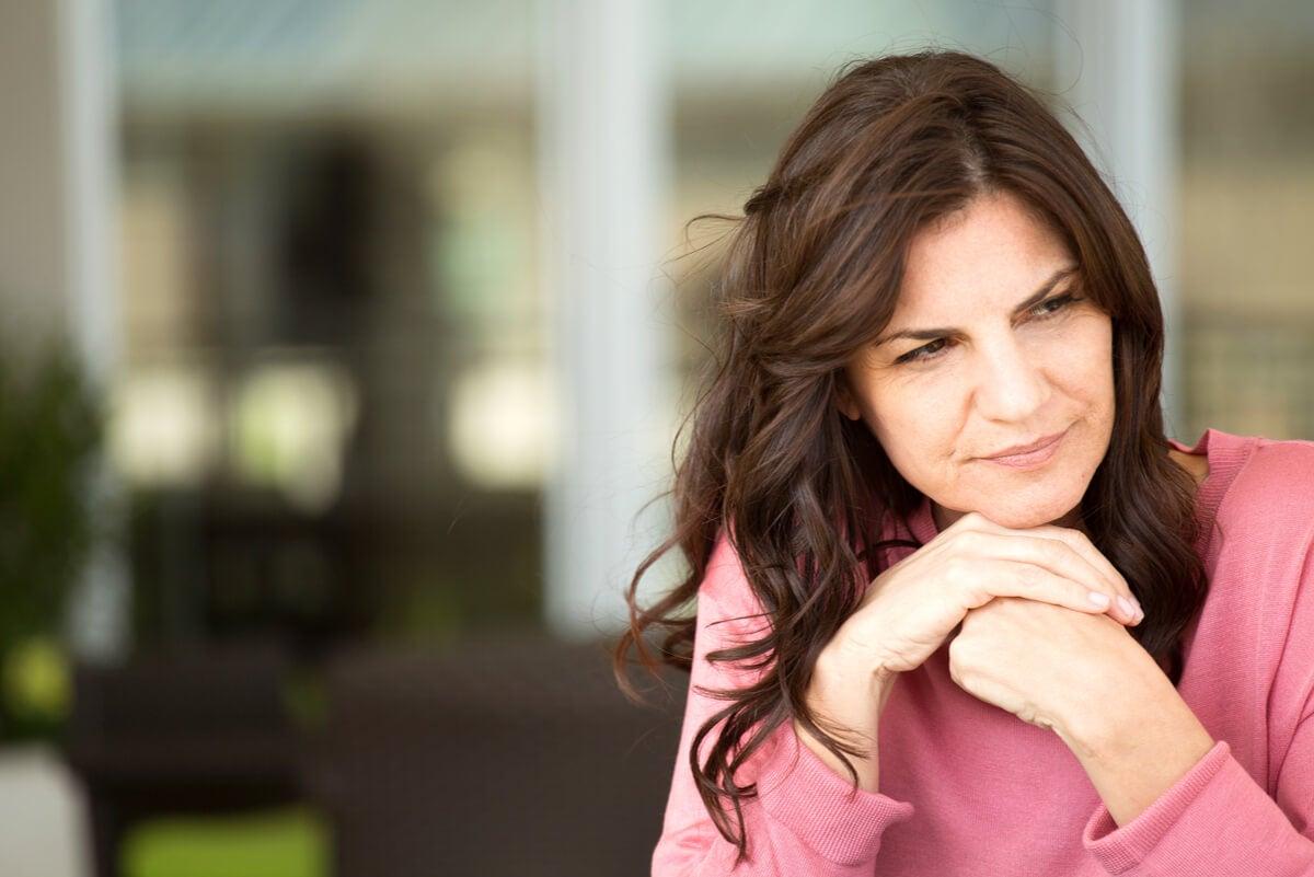 Женщина в период менопаузы в кризисе среднего возраста.