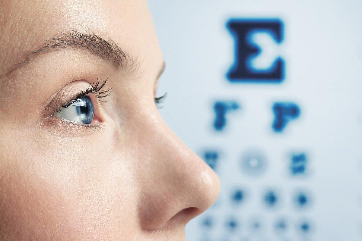 Mujer con miopía que espera cirugía láser LASIK.