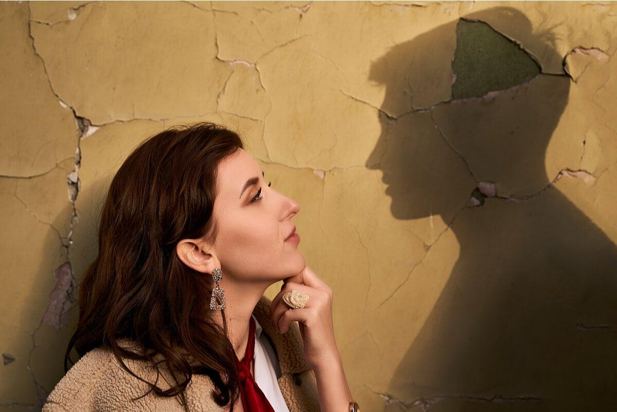 Mujer recuerda obsesionada a su expareja.