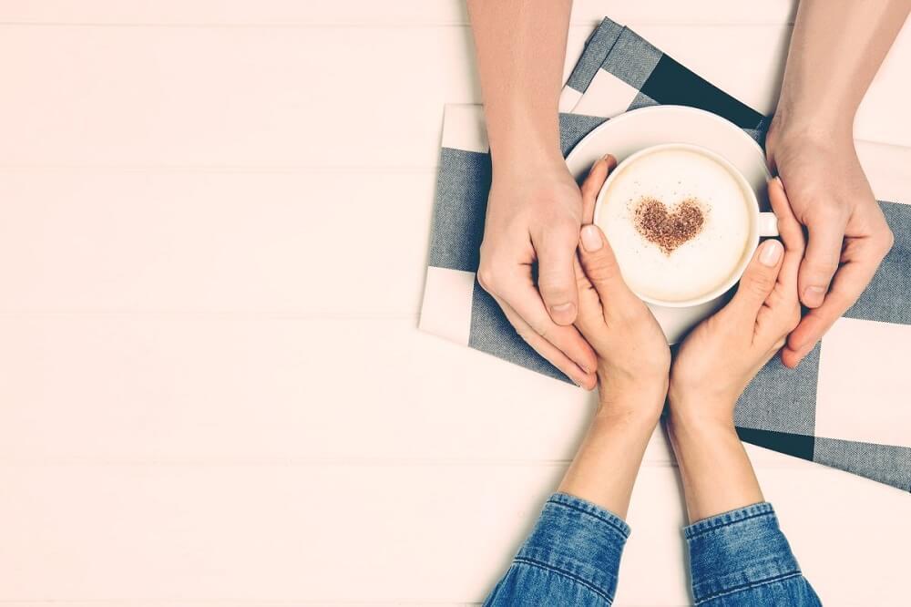 Pareja compartiendo un café.