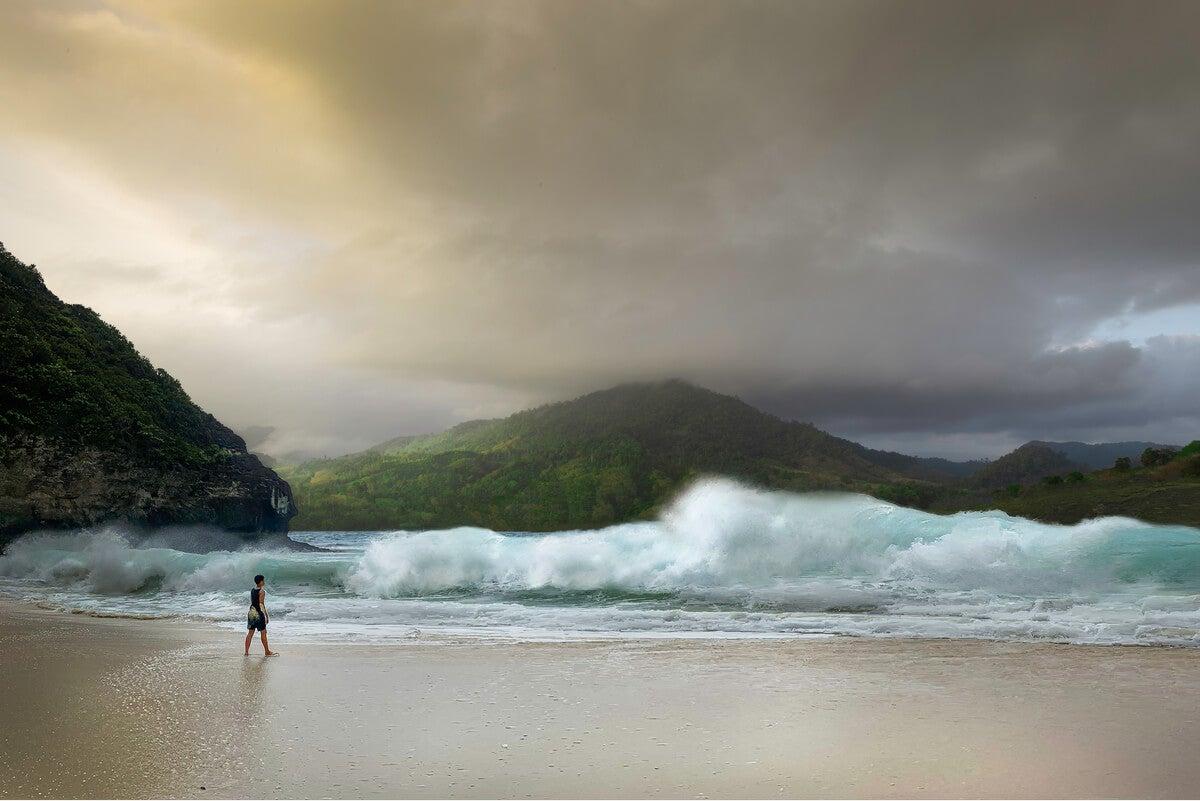 Pequeña persona frente al océano.