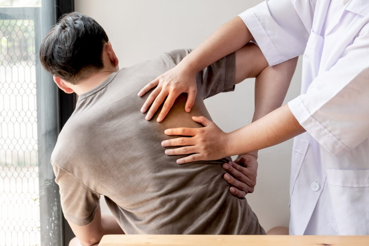 Medico y paciente con dolor de hombro