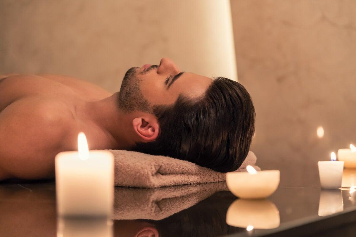 Hombre utiliza velas aromáticas para relajarse.