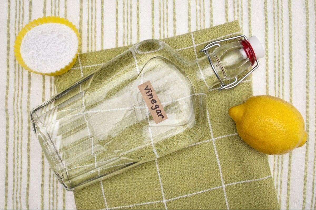 Vinagre con limón para limpiar paredes de piedra.