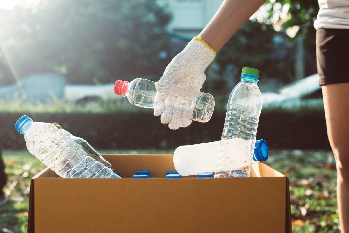 Reciclado de plástico para reducir los desechos y la basura.