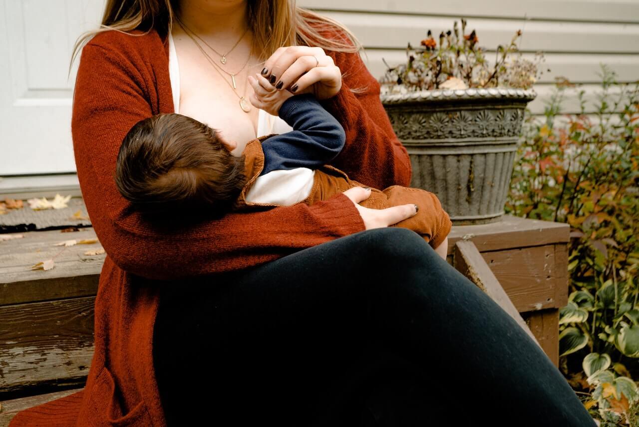 es normal que los bebés regurgiten la leche