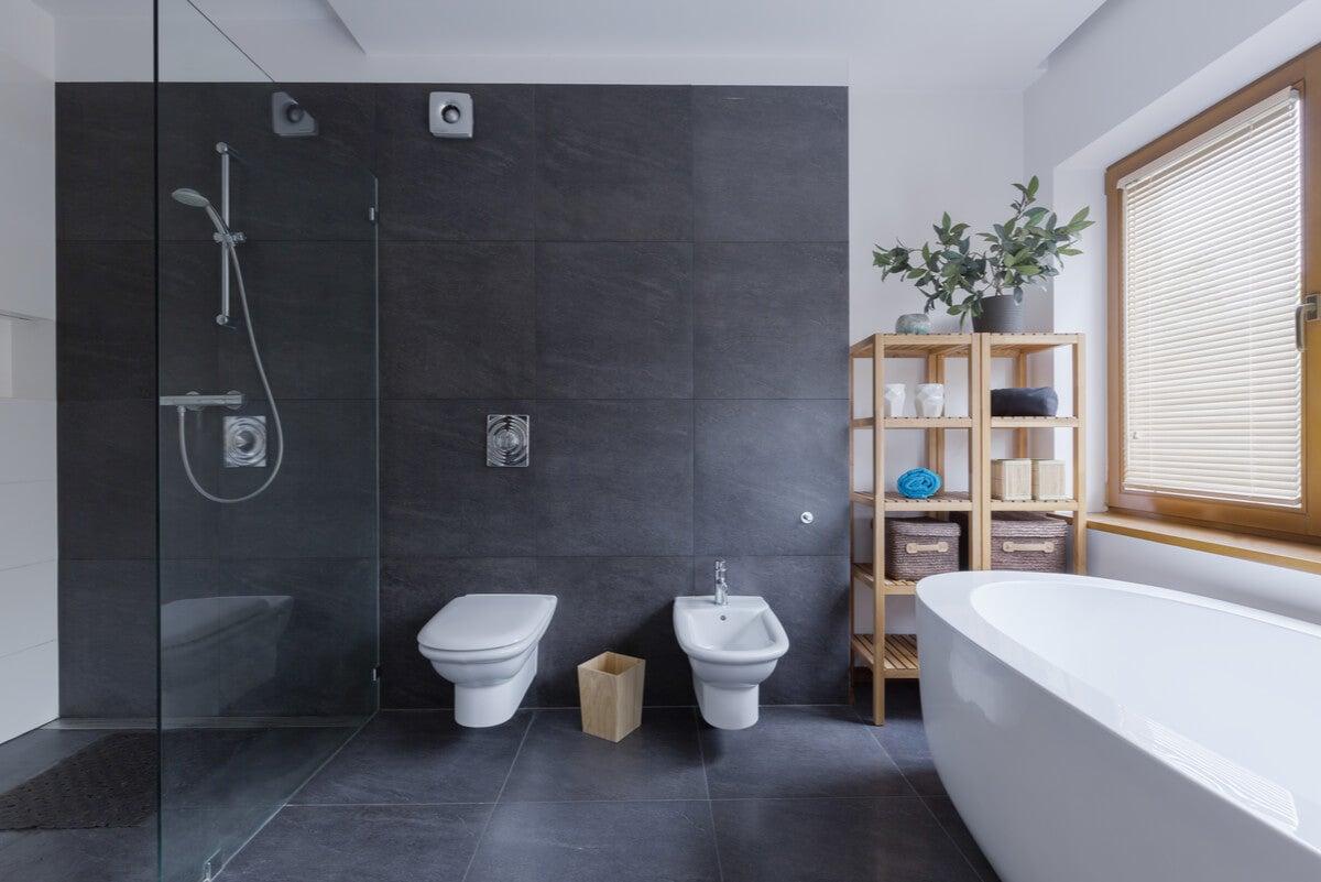 Paredes de negro en el baño.