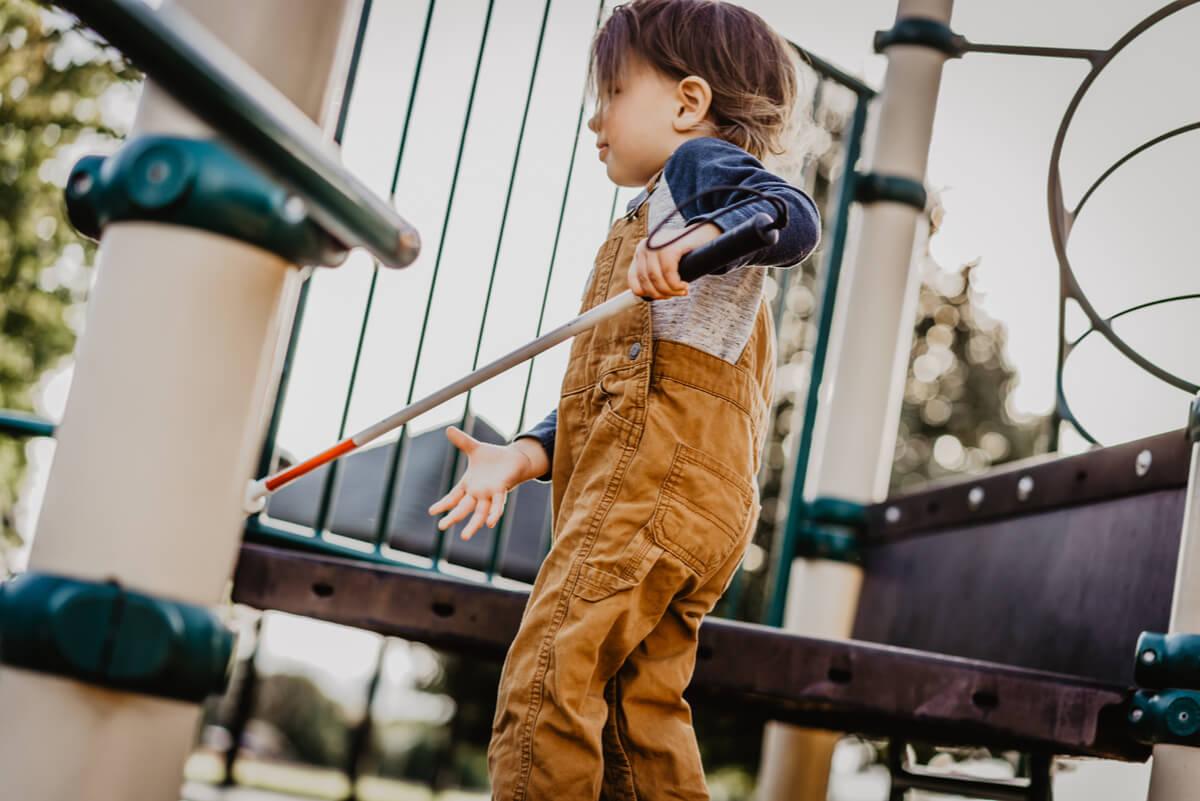 Cuidar de un niño invidente que debe estar en el mundo exterior.