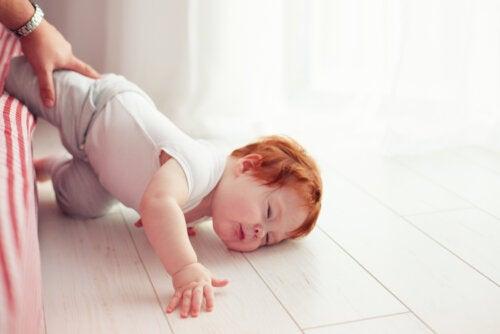 Mi bebé se cayó de la cama: ¿qué debería hacer?