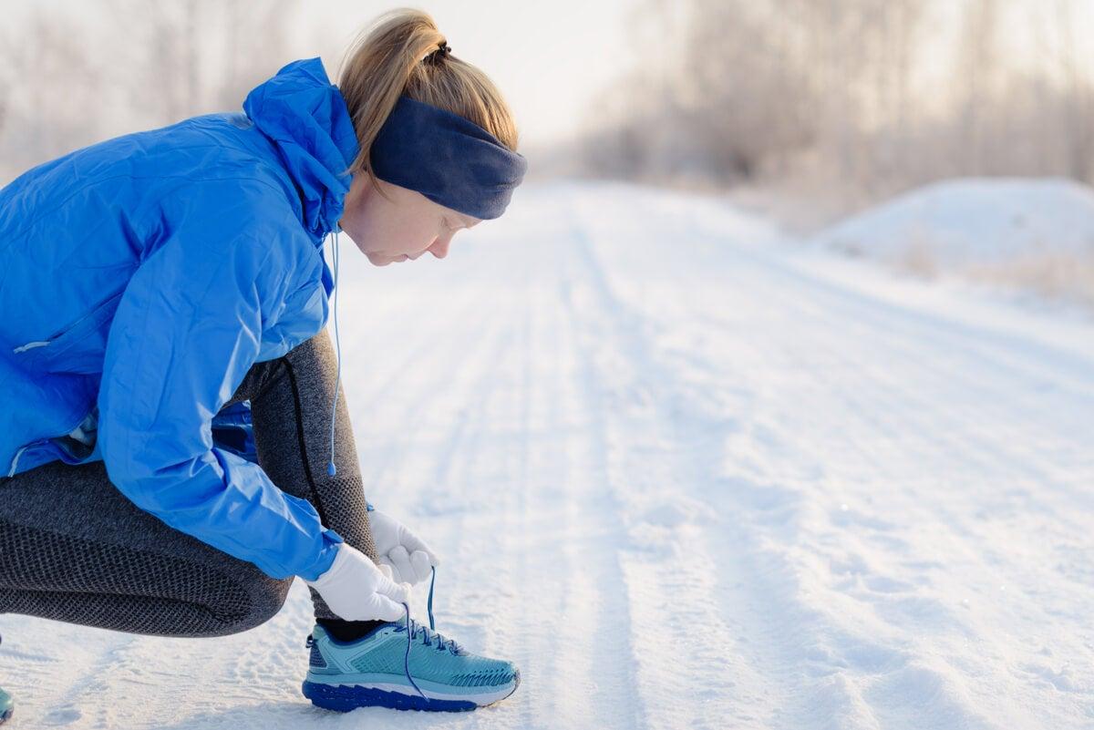 Correr en invierno con ropa adecuada.