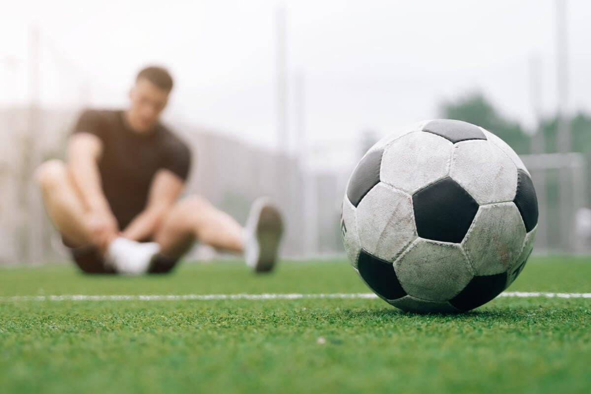 Futbolista lesionado requiere ejercicio de la almeja.